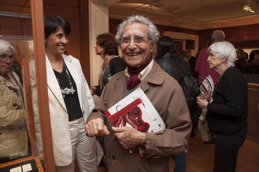 Antonio Pujía, durante la Primera Bienal Latinoamericana de Joyería Contemporánea.